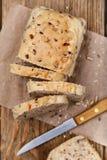 Il pane appena preparato, incide le fette con i semi di lino immagine stock