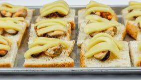 Il pane con la cozza ed il formaggio prima cuociono Fotografie Stock Libere da Diritti