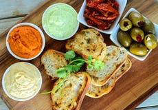 Il pane con la menta della salsa del pomodoro dell'avocado e Mayo immergono fotografie stock