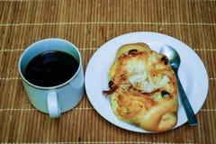 Il pane con zucchera la noce di cocco con caffè nero Immagini Stock Libere da Diritti