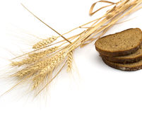 Il pane del taglio e le orecchie di grano Fotografia Stock Libera da Diritti