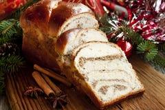 Il pane dolce sul Natale ha decorato il fondo Fotografia Stock