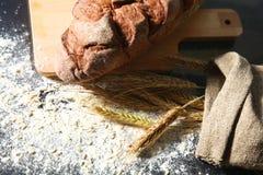 Il pane e le orecchie sono sulla vecchia tavola Fotografia Stock