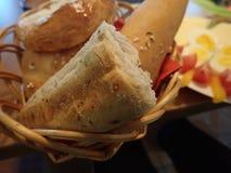 Il pane e le pasticcerie sono servito in un canestro fotografia stock