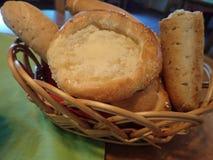 Il pane e le pasticcerie sono servito in un canestro fotografia stock libera da diritti
