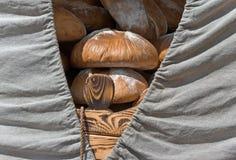 Il pane fresco è nel carretto Fotografie Stock Libere da Diritti