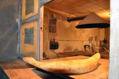 Il pane georgiano Shotis Puri è servito ad un forno georgiano autentico rurale Fotografia Stock
