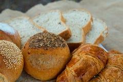 Il pane, il pane della pagnotta ed il croissant sono pronti per la prima colazione Fotografie Stock