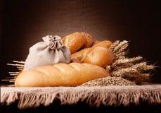 Il pane, il sacco della farina e le orecchie legano la natura morta Fotografia Stock