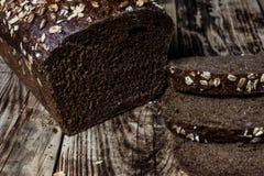 il pane integrale ha cotto a casa, bio- ingredienti, molto sani con i semi fotografie stock libere da diritti