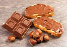 Il pane si è sparso con crema di cioccolato Immagini Stock Libere da Diritti