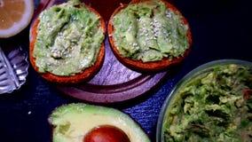 Il pane tostato dell'avocado, panino viewy sopraelevato dell'avocado sul pane del pane tostato ha fatto con la pasta fresca dell' archivi video