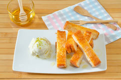 Il pane tostato ha completato con il servire del burro del miele con il gelato, incide la st Fotografie Stock Libere da Diritti