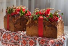 Il pane tradizionale di nozze decorato con un mirtillo rosso Fotografia Stock