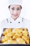 Il panettiere porta il croissant isolato su bianco Immagini Stock