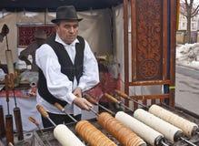 Il panettiere fa il dolce ungherese tradizionale Fotografia Stock