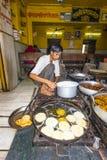 Il panettiere prepara la pagnotta piana rotonda tradizionale in Pushkar, India Immagine Stock Libera da Diritti