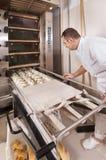 Il panettiere produce il pane Immagine Stock Libera da Diritti