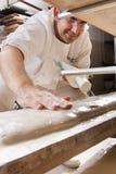 Il panettiere produce il pane Immagini Stock Libere da Diritti