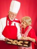 Il panettiere divide i biscotti con la casalinga fotografia stock libera da diritti