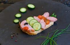 Il panino al prosciutto dei bambini ha fatto sotto forma di pesce Opzione del servizio dei bambini fotografia stock libera da diritti