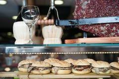 Il panino con carne nell'esposizione del ristorante del caffè da mangiare per porta via e pranzo e cena degli alimenti a rapida p Immagini Stock