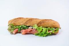 il panino con il prosciutto di Parma, il parmigiano e la lattuga osservano da sopra fotografia stock