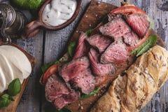 Il panino di bistecca, ha affettato l'arrosto di manzo, il formaggio, le foglie degli spinaci, pomodoro immagini stock libere da diritti