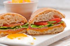 Il panino di panini di ciabatta eggs la lattuga del pomodoro fotografia stock