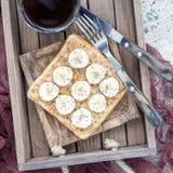 Il panino sano con burro di arachidi croccante, la banana e il chia vedono immagine stock