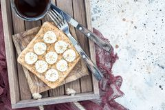 Il panino sano con burro di arachidi croccante, la banana e il chia vedono immagini stock
