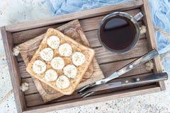 Il panino sano con burro di arachidi croccante, la banana e il chia vedono fotografie stock libere da diritti