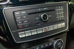 Il pannello di controllo del sistema multimediale, la radio, il telefono, i sedili e la ventilazione riscaldata, il bottone dell' immagini stock libere da diritti