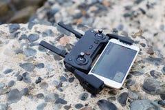 Il pannello di controllo il quadcopter si trova sulle pietre Telefono, schermo fotografia stock