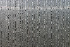 Il pannello ? fatto della plastica del policarbonato per la serra linee di goccioline di acqua sulla superficie come fondo astrat fotografie stock