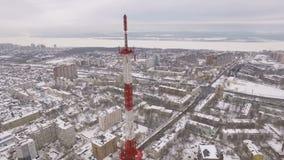 Il panorama aereo della città nevosa, macchina fotografica sta mostrando una torre della TV video d archivio