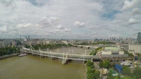 Il panorama aereo di Timelapse di Londra in pieno delle costruzioni e dei monumenti ha attraversato dal Tamigi e dai ponti - video d archivio