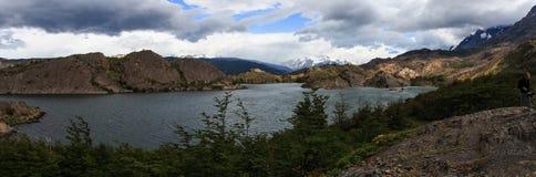 Il panorama che esamina il Grey di Lago con la neve ha ricoperto le Ande di Torres Del Paine nei precedenti immagini stock