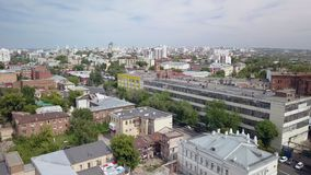 Il panorama commovente aereo di grande città nel giorno di estate soleggiato, macchina fotografica vola stock footage
