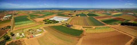 Il panorama dei campi agricoli si avvicina alla linea costiera dell'oceano Immagine Stock