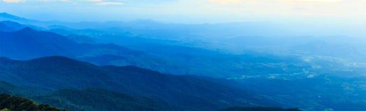 Il panorama del cielo luminoso con si rannuvola l'alta montagna in Tailandia Immagine Stock
