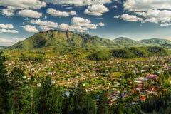 Il panorama del villaggio di Turochak Fotografia Stock Libera da Diritti
