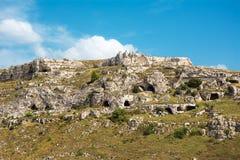 Il panorama della collina davanti a Matera con le caverne ha scolpito nella t fotografie stock libere da diritti