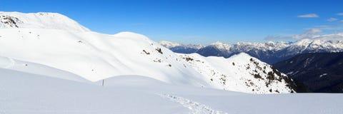 Il panorama della montagna con neve e la racchetta da neve trascinano nell'inverno nelle alpi di Stubai Immagini Stock