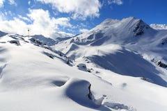 Il panorama della montagna con neve e la racchetta da neve trascinano nell'inverno nelle alpi di Stubai Fotografia Stock