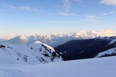 Il panorama della montagna con neve e la racchetta da neve trascinano nell'inverno nelle alpi di Stubai Fotografia Stock Libera da Diritti