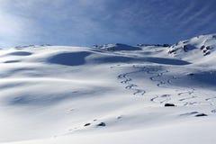 Il panorama della montagna con neve, le piste dello sci e la sommità attraversano nell'inverno nelle alpi di Stubai Fotografia Stock Libera da Diritti