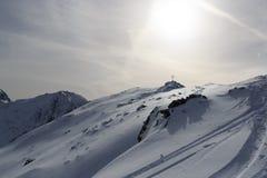 Il panorama della montagna con neve, le piste dello sci, il sole e la sommità attraversano nell'inverno nelle alpi di Stubai Fotografie Stock Libere da Diritti
