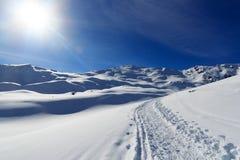 Il panorama della montagna con neve, il sole e la racchetta da neve trascinano nell'inverno nelle alpi di Stubai Immagine Stock