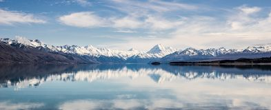 Il panorama della montagna della neve della Nuova Zelanda riflette sul lago del turchese immagine stock libera da diritti